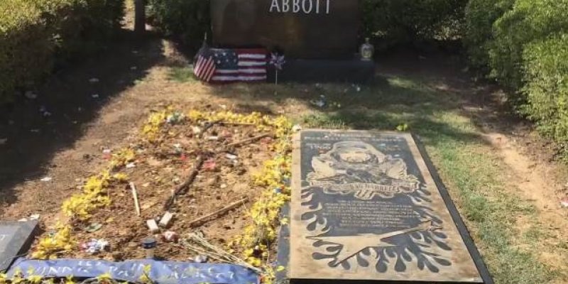 VINNIE PAUL: New Video Footage Of Final Resting Place