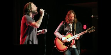 THE BLACK CROWES' Scold Crowd For Being Too Loud 'You Should F**king Pay Attention'