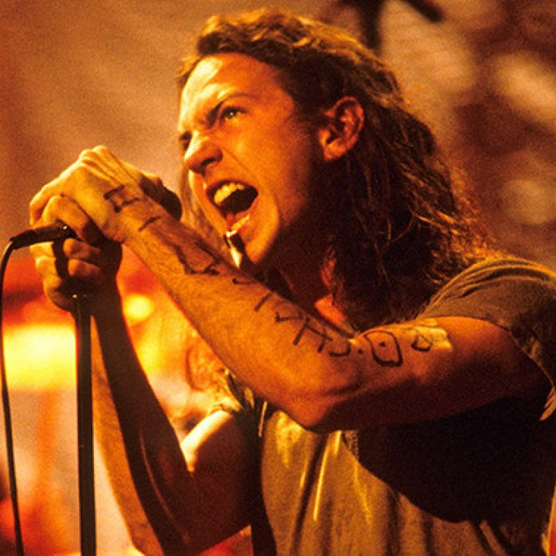 Eddie Vedder plays emotional tribute to Chris Cornell!