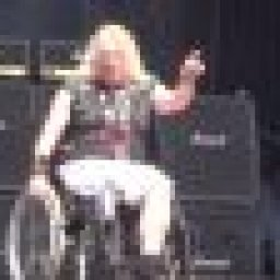 grim-reapers-steve-grimmett-plays-first-concert-since-losing-his-leg-video