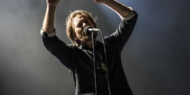Pearl Jam pay tribute to Chris Cornell as well as the students of the Florida shooting and make a dedication to the NationWide Walkout!