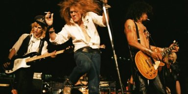 Watch This GUNS N' ROSES Lyric Video For Acoustic Version Of 'Move To The City'!