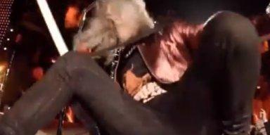 METALLICA's KIRK HAMMETT Slips On His Wah-Wah Pedal, Falls On Stage